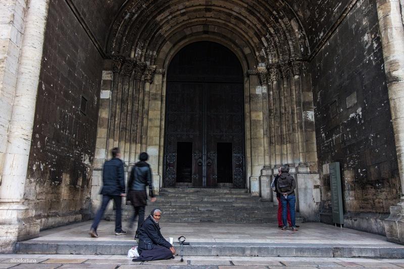 mulher pedindo dinheiro na igreja de Santa Maria Maior